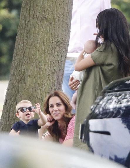 Ο πρίγκιπας Λούις με τα γυαλιά ηλίου της μητέρας του, κάνει γκριμάτσες στον μικρό Άρτσι