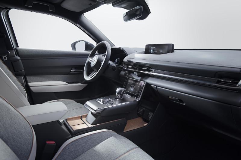 Το αυτοκίνητο είναι βασισμένο στην ειδικά εξελιγμένη για ηλεκτρικά μοντέλα πλατφόρμα e-SkyActiv η οποία συνοδεύεται και από πολλά προηγμένα συστήματα ασφαλείας