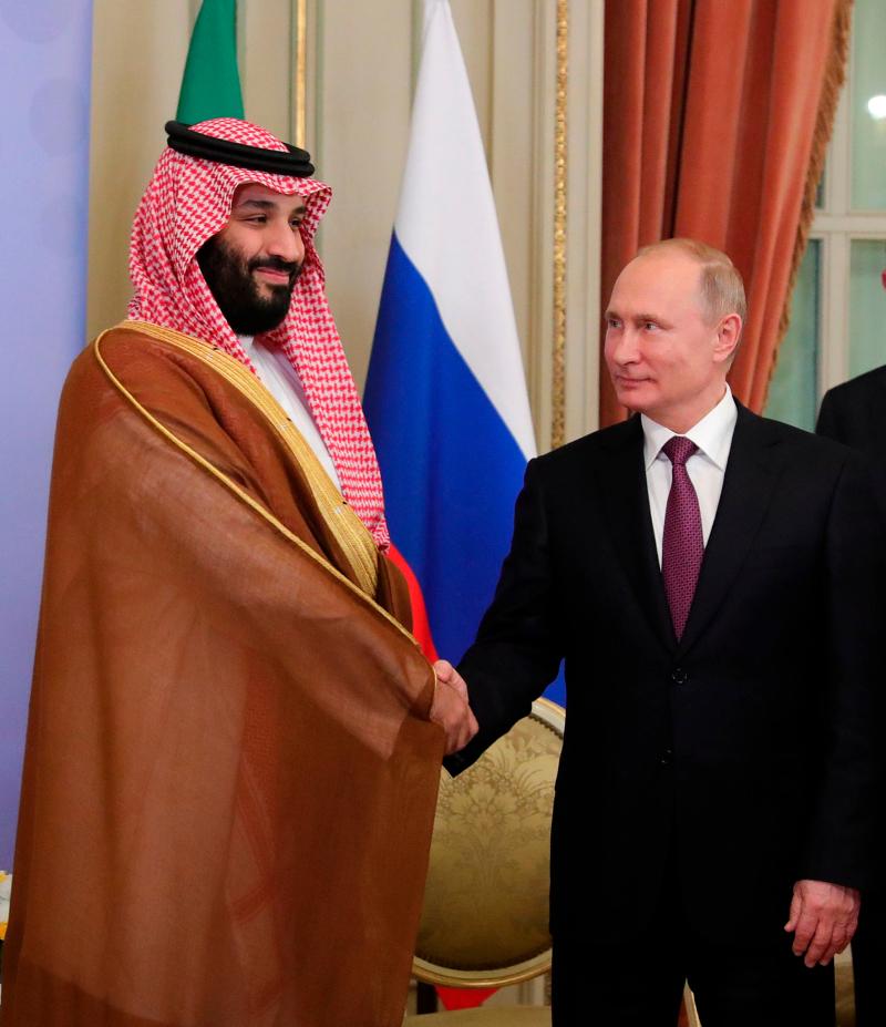 """Ο Βλαντίμιρ Πούτιν χαιρέτισε με """"high five"""" τον Μοχάμεντ Μπιν Σαλμάν στη σύνοδο του G20 στην Αργεντινή τον Δεκέμβριο."""