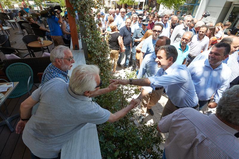 Ο Κυριάκος Μητσοτάκης συνομιλεί με τους κατοίκους του Αλμυρού / Φωτογραφία: EUROKINISSI