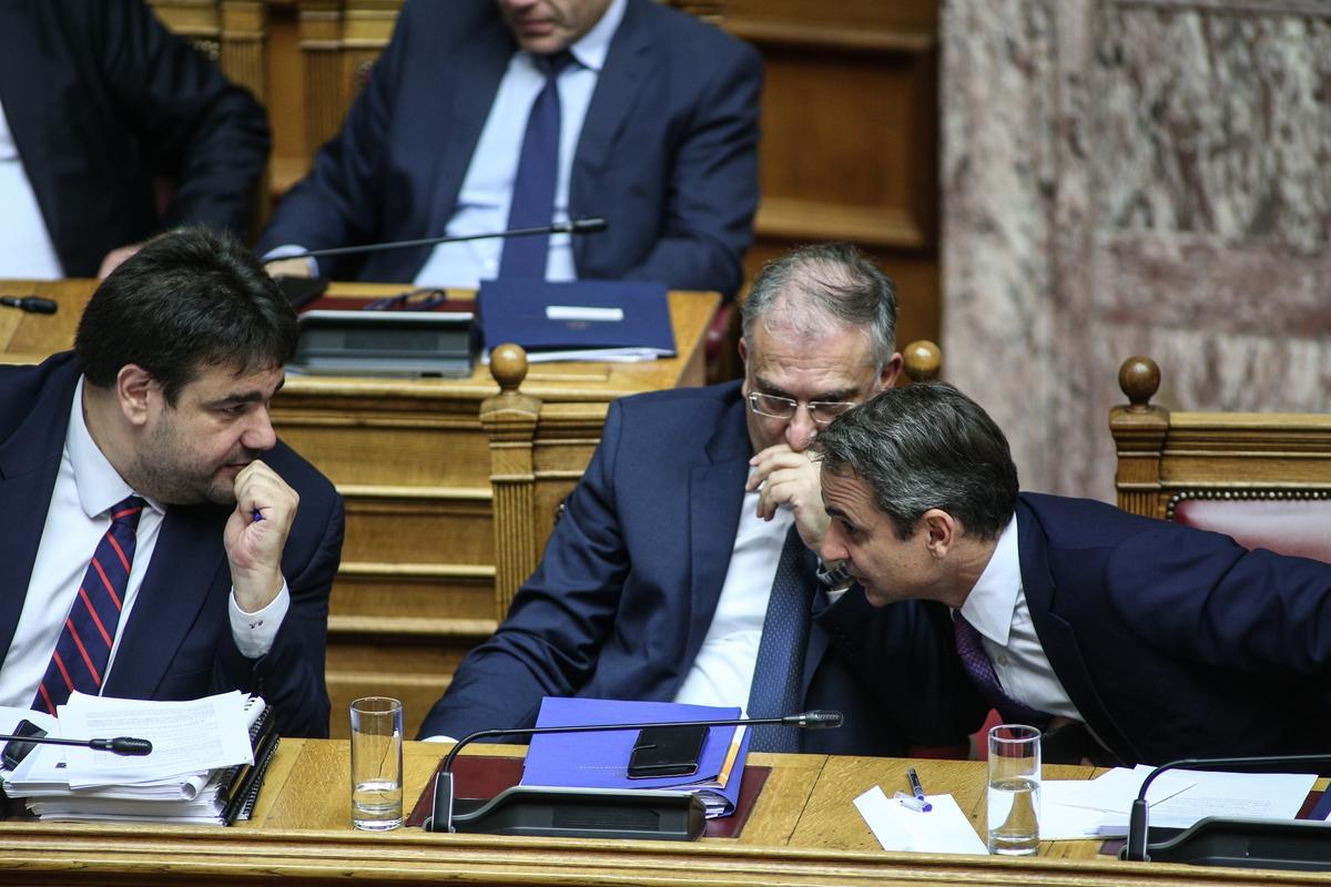 Θεοδωρικάκος και Λιβάνιος συζητούν με τον Κυριάκο Μητσοτάκη στα υπουργικά έδρανα