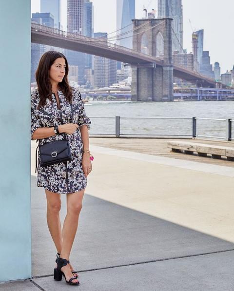Η Rebecca Minkoff ποζάρει με θέα γέφυρα στη Νέα Υόρκη