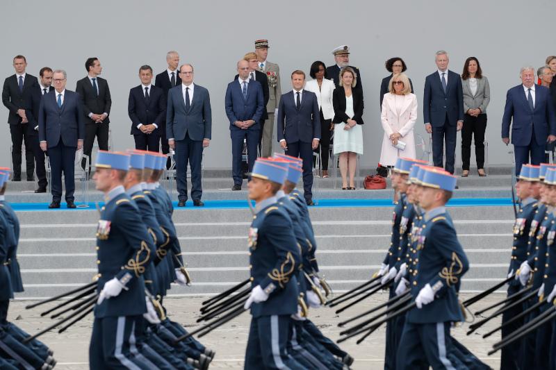 O πρόεδρος της Γαλλίας Εμανουέλ Μακρόν και η σύζυγός του παρακολουθούν την παρέλαση της 14ης Ιουλίου