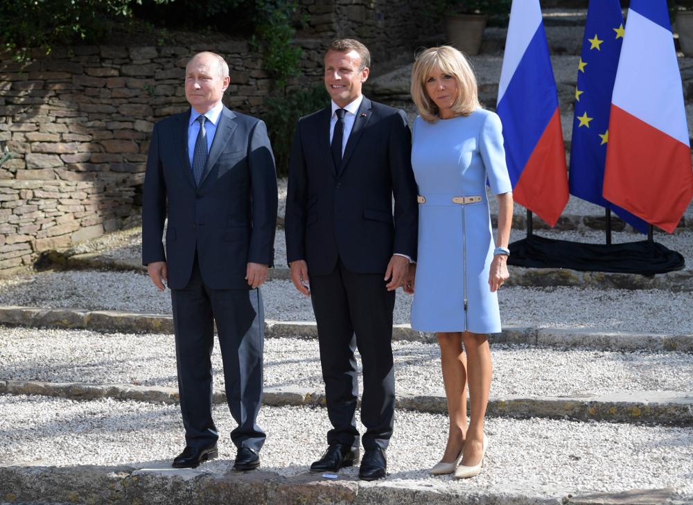 Η Μπριζίτ Μακρόν με θαλασσί Louis Vuitton φόρεμα και nude γόβες υποδέχτηκε μαζί με τον σύζυγό της, τον Ρώσο πρόεδρο Βλαντιμίρ Πούτιν