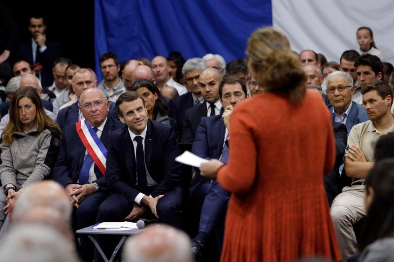 Ο Μακρόν μετείχε σε δεκάδες δημόσιες συζητήσεις στο πλαίσιο του Εθνικού Διαλόγου, όπως στις 7 Μαρτίου όπου άκουσε τα παράπονα πολιτών του Greoux Les Bains της νότιας Γαλλίας.