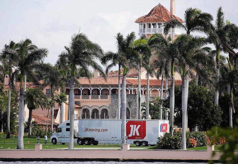 Φορτηγό εταιρείας που αναλαμβάνει μετακομίσεις έξω από το θέρετρο του Ντόναλντ Τραμπ, Μαρ-α-Λάγκο στη Φλόριντα