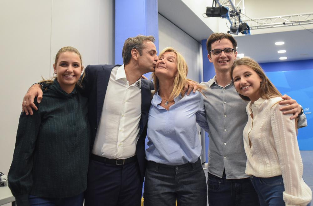 Η οικογένεια Μητσοτάκη πανηγυρίζει την νίκη στις βουλευτικές εκλογές