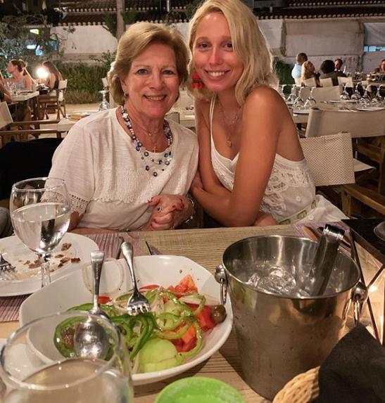 Η Μαρία Ολυμπία με την γιαγιά της, Άννα Μαρία από τις διακοπές τους στις Σπέτσες