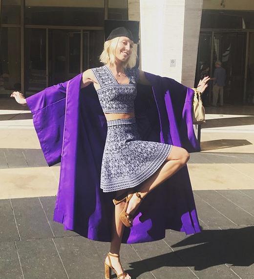 Η Μαρία Ολυμπία ποζάρει χαμογελαστή κι ευτυχισμένη με την μοβ τήβεννο κατά την αποφοίτησή της