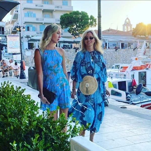 Η Μαρία Ολυμπία με την μητέρα της Μαρί Σαντάλ κάνουν βόλτα στην μαρίνα των Σπετσών