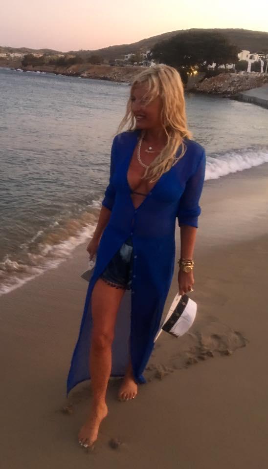 Βόλτα στην παραλία της Νάουσας της Πάρου κάνει η Μαρίνα Πατούλη
