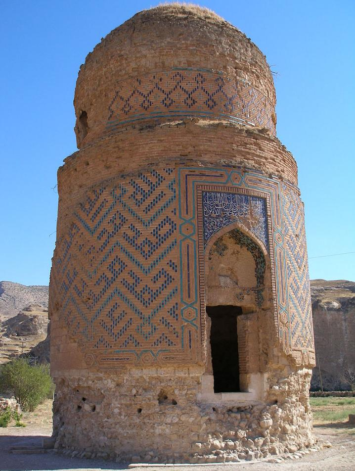 To μαυσωλείο του Ζεϊνέλ Μπέη, γιου του σουλτάνου Ουζούν Χασάν της δυναστείας Ακ Κογιουνλού των Τουρκομάνων (1378-1508).