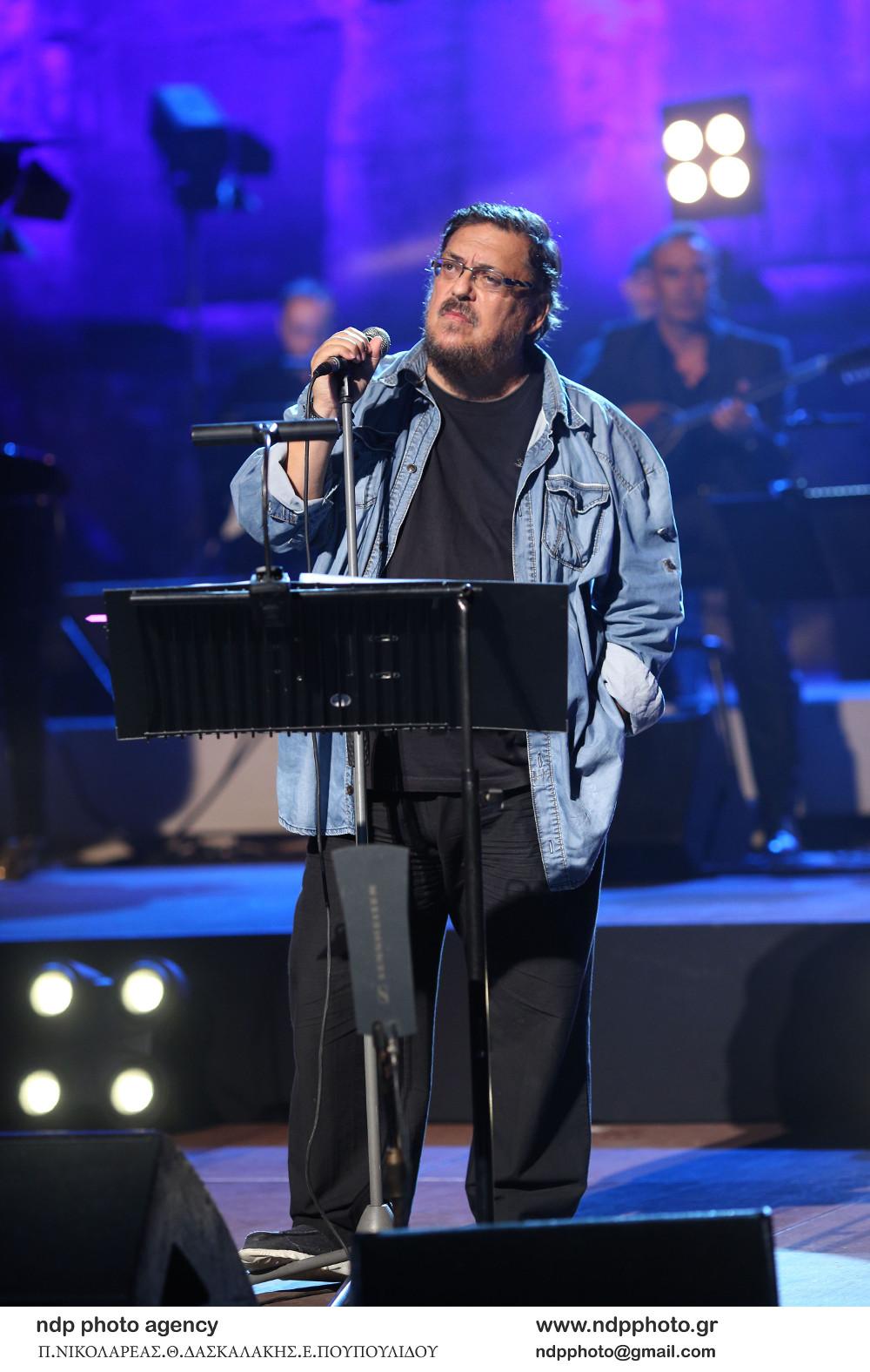 Ο Λαυρέντης Μαχαιρίτσας σε συναυλία-αφιέρωμα στον Δημήτρη Μητροπάνο το 2018 στο Ηρώδειο