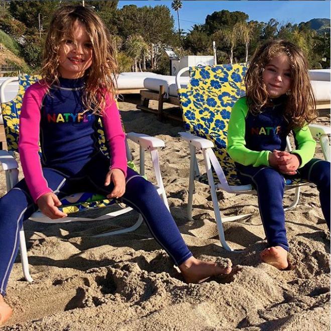 Οι δύο μεγαλύτεροι γιοι της Μέγκαν Φοξ με μακριά μαλλιά σε παραλία