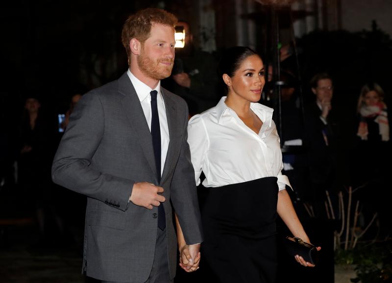 Πρίγκιπας Χάρι και Μέγκαν Μαρκλ χαμογελαστοί κρατιούνται χέρι χέρι