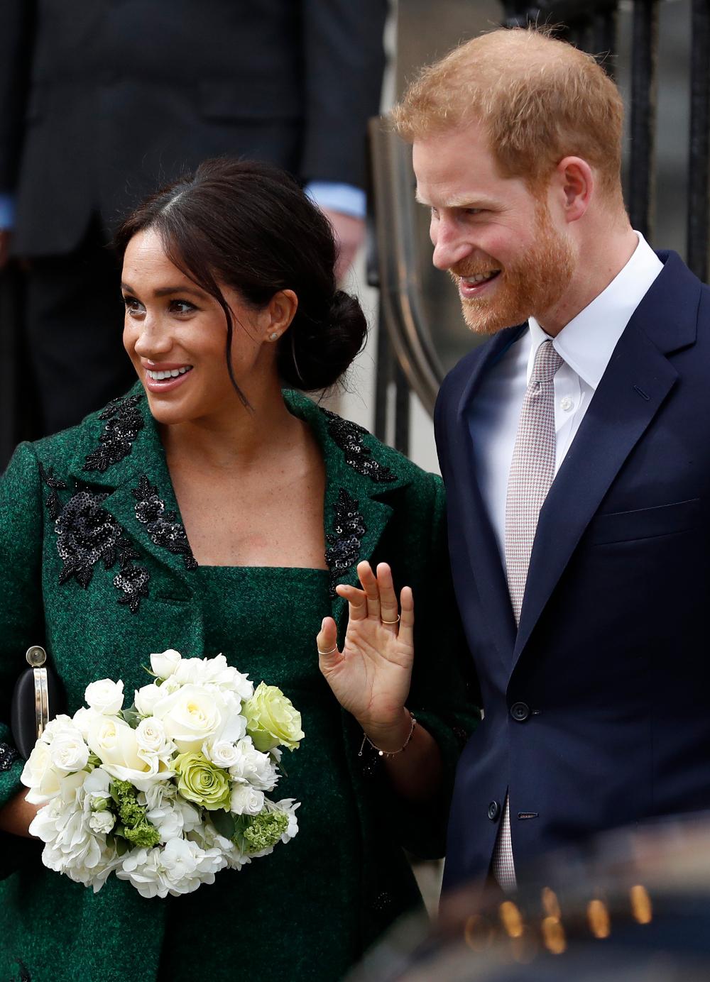 Πρίγκιπας Χάρι και Μέγκαν Μαρκλ χαμογελαστοί χαιρετούν το πλήθος