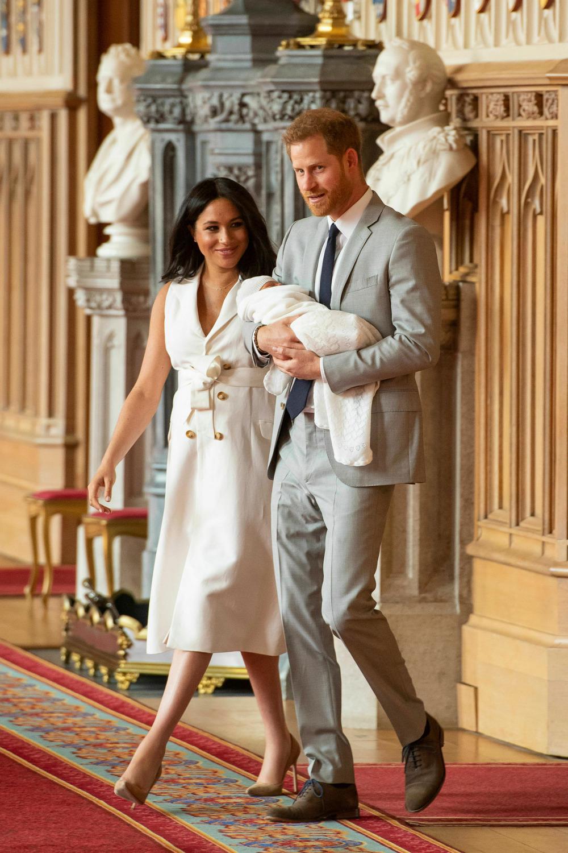 Ο πρίγκιπας Χάρι κρατώντας πολύ προσεκτικά τον νεογέννητο γιο του, μπαίνει στην αίθουσα St.George's Hall