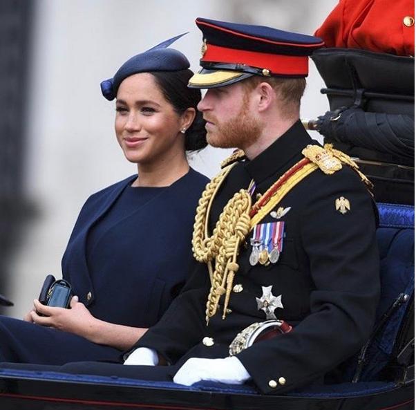 Ο πρίγκιπας Χάρι με την Μέγκαν Μαρκλ στην άμαξα