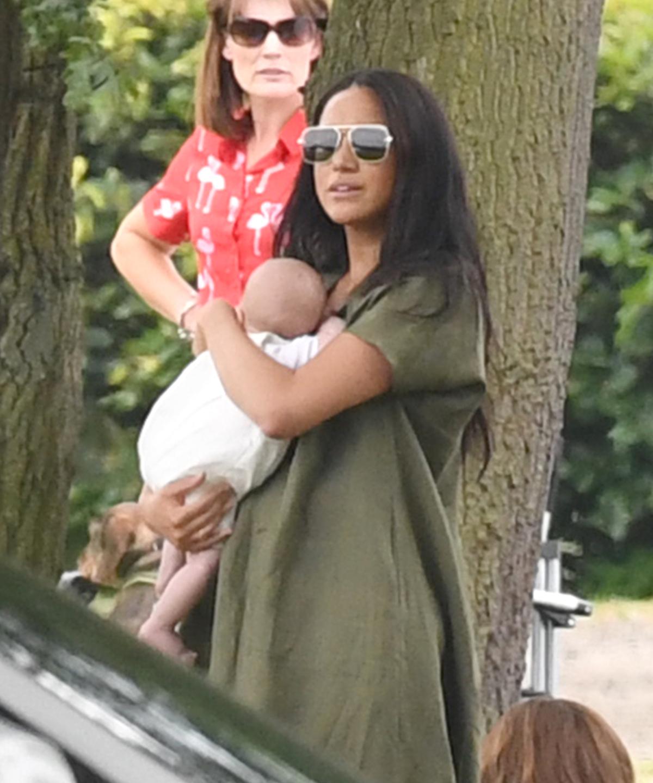 Έσπευσαν οι επικριτές να σχολιάσουν τον τρόπο που κρατά αγκαλιά τον μικρό Άρτσι, η Μέγκαν Μαρκλ