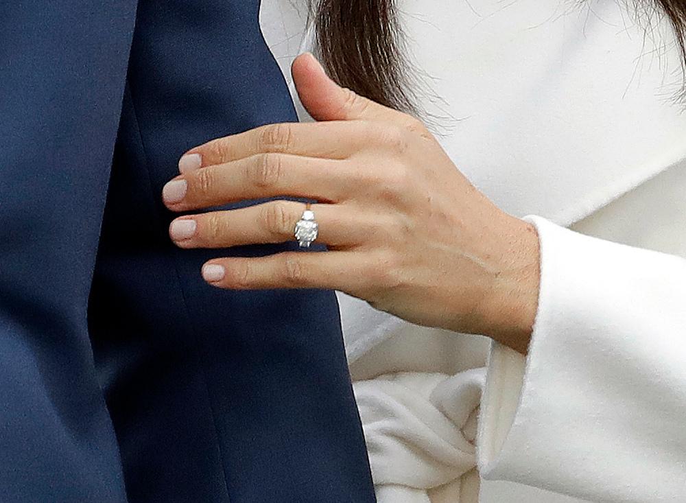 Το δαχτυλίδι αρραβώνων της Μέγκαν Μαρκλ με ένα κεντρικό διαμάντι από την Μποτσουάνα και δύο μικρότερα από την συλλογή της πριγκίπισσας Νταϊάνας