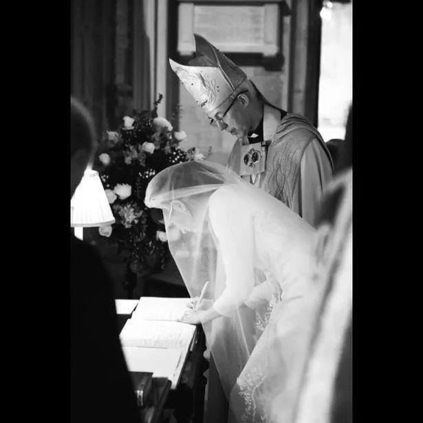 Η Μέγκαν Μαρκλ υπογράφει μετά τη γαμήλια τελετή .