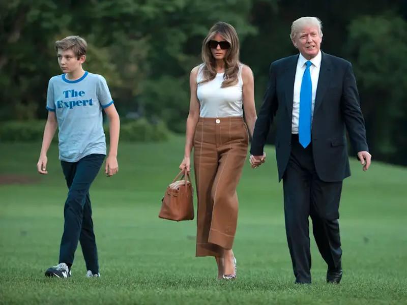 To προεδρικό ζεύγος των ΗΠΑ με τον γιο τους Μπάρον στην αυλή του Λευκού Οίκου.