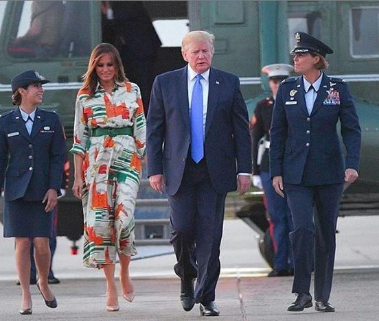 Η Μελάνια Τραμπ και ο Ντόναλντ Τραμπ επιβιβάζονται για το ταξίδι τους στο ΛΟνδίνο