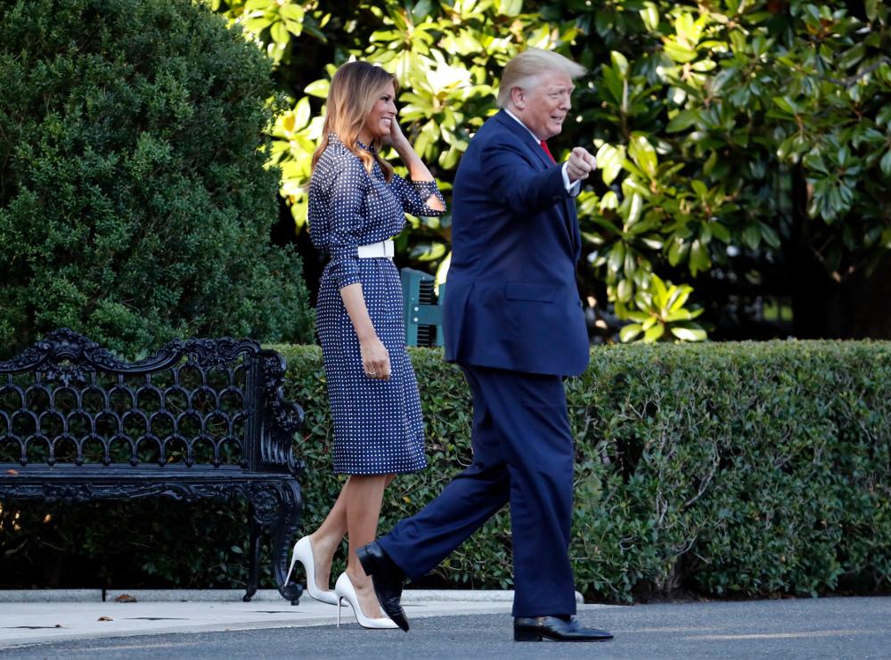 Η Μελάνια Τραμπ με μπλε, μίντι πουά φόρεμα