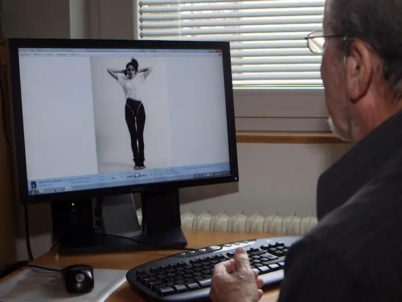 O Σλοβένος φωτογράφος Μόδας, Stane Jerko, μπροστά σε μια από τις πρώτες φωτογραφίες της Μελάνια Κνάους  που τράβηξε.