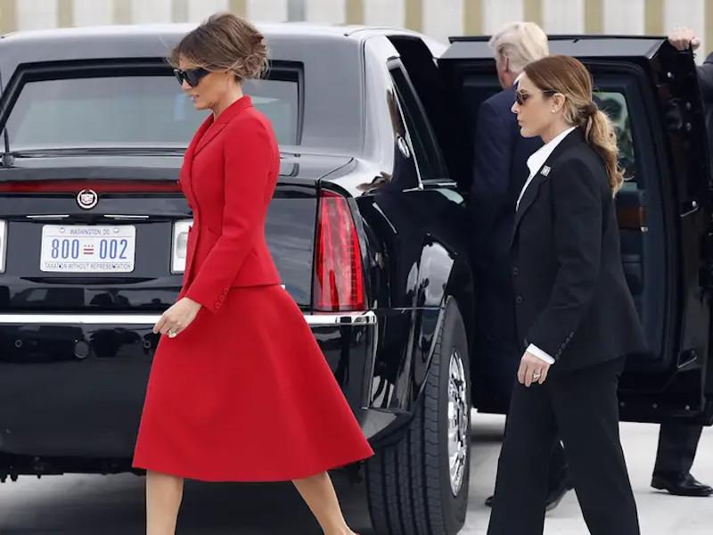 H Μελάνια Τραμπ συνοδευόμενη από μέλος της Μυστικής Υπηρεσίας