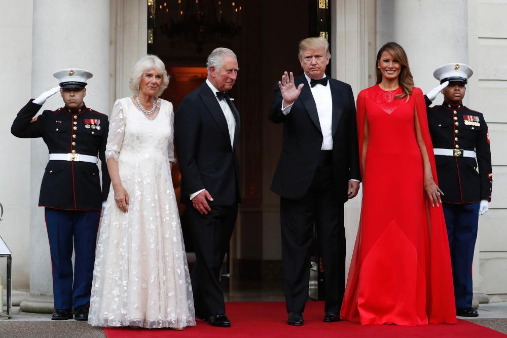 Ντόναλντ Τραμπ και Μελάνια υποδέχτηκαν τον πρίγκιπα Κάρολο με την σύζυγό του για δείπνο στην Αμερικανική πρεσβεία στο Λονδίνο