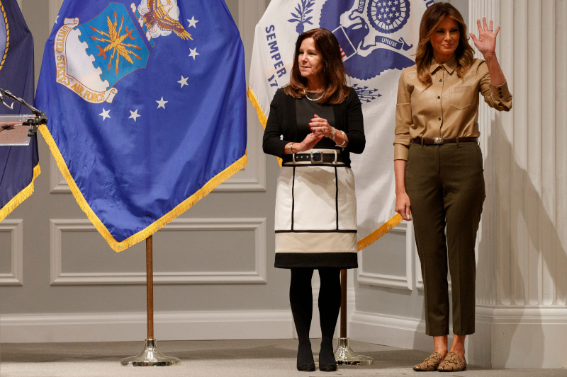 Η Μελάνια Τραμπ με δερμάτινο πουκάμισο και loafers Zara