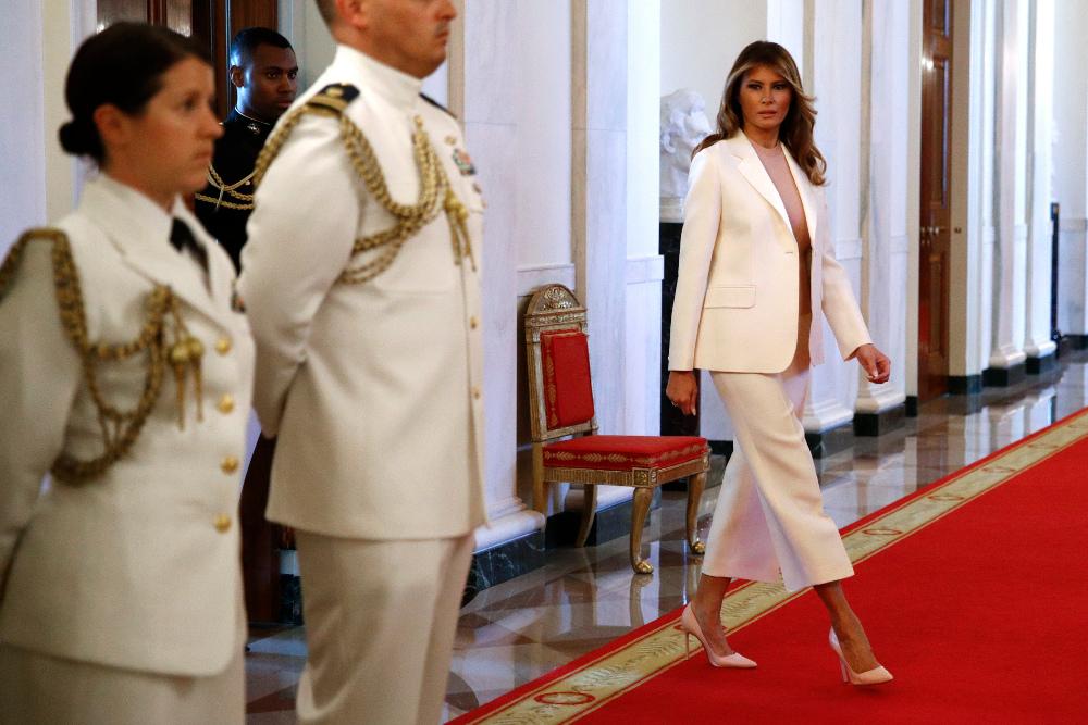 Η Μελάνια Τραμπ με λευκό σακάκι και λευκή ζιπκιλότ