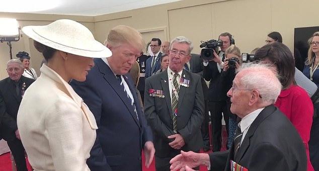 Η στιγμή που ο 93χρονος βετεράνος κάνει κόρτε στην Μελάνια Τραμπ