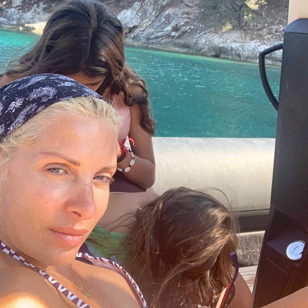 Η Ελένη Μενεγάκη με τις κόρες της στην Κεφαλονιά