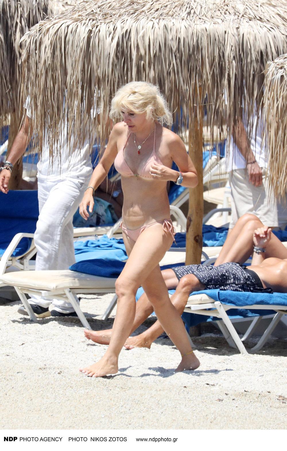 Η Ελένη Μενεγάκη χωρίς ίχνος μακιγιάζ και με ένα μικροσκοπικό σομόν μπικίνι, απόλαυσε το μπάνιο της σε παραλία της Μυκόνου