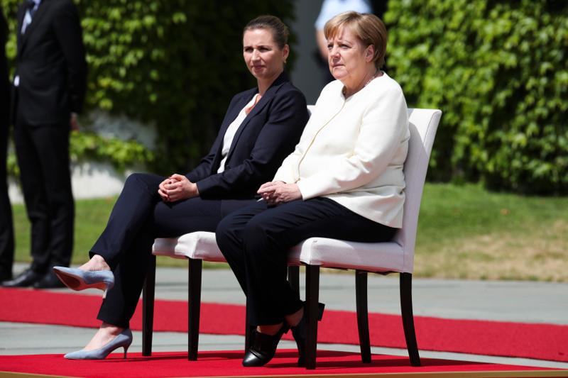 Η Άνγκελα Μέρκελ δεν εθεάθη σήμερα να τρέμει, αντίθετα ήταν χαλαρή κατά την ανάκρουση των εθνικών ύμνων δίπλα στην πρωθυπουργό της Δανίας Φρέντρικσεν