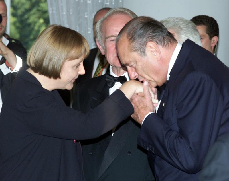 ΧΕιροφίλημα Σιράκ στην νεαρή Ανγκελα Μέρκελ