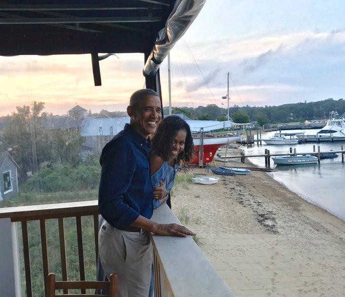 Μισέλ και Μπαράκ Ομπάμα σε ένα μπαλκόνι δίπλα σε μια λίμνη
