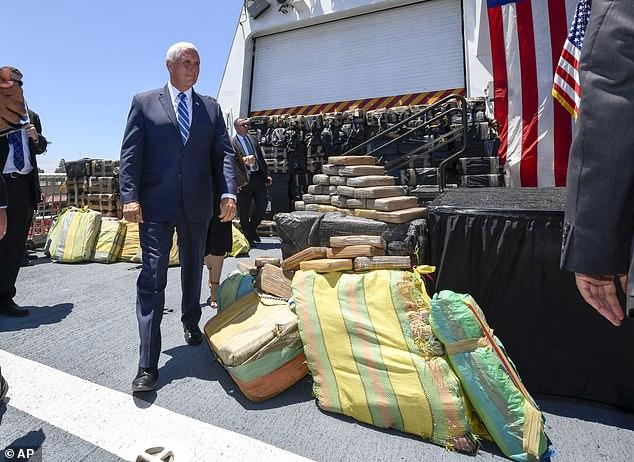Ο  Αντιπρόεδρος των ΗΠΑ, Μάικ Πενς, μπροστά στο φορτίο ναρκωτικών που κατέσχεσε το σκάφος της Αμερικανικής Ακτοφυλακής.