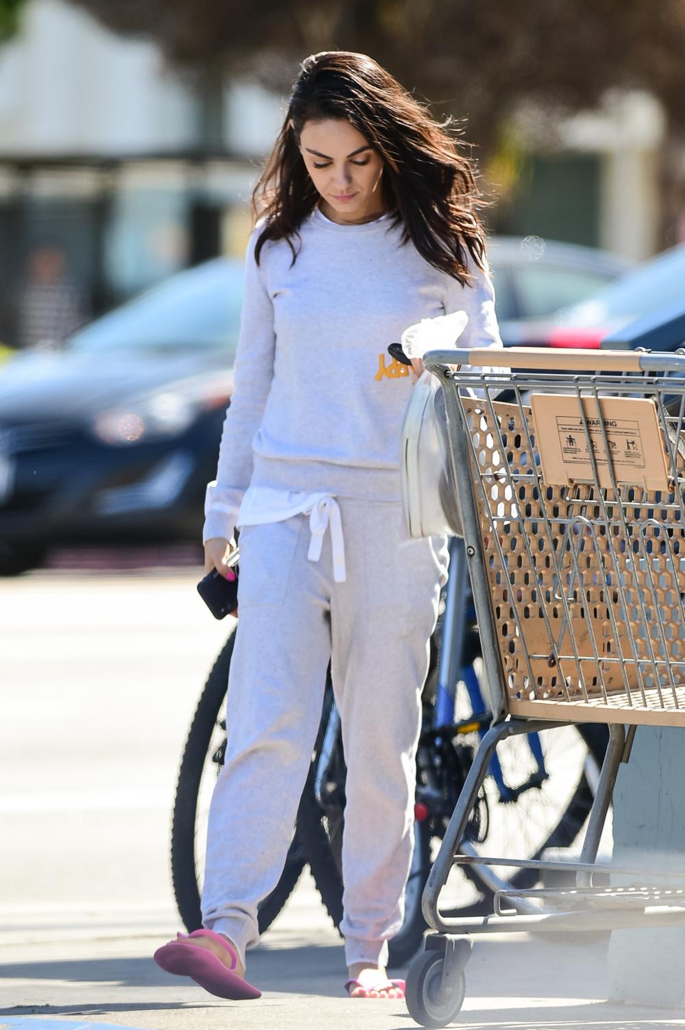 Ακόμη και τα ψώνια στο σούπερ μάρκετ, μόνη της τα κάνει η Μίλα Κούνις