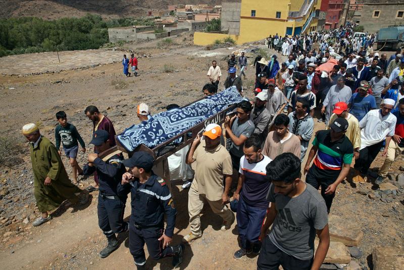 Κάτοικοι του χωριού συνοδεύουν στην τελευταία τους κατοικία τα θύματα της ξαφνικής πλημμύρας στο Μαρόκο.