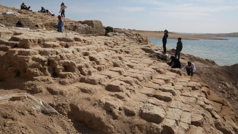 Γερμανοί και Κούρδοι αρχαιολόγοι στον αρχαιολογικό χώρο κοντά στο φράγμα της Μοσούλης.