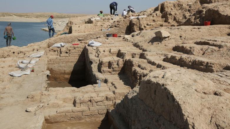 Στα ερείπια του παλατιού βρέθηκαν υπολείμματα τοιχογραφιών και ενεπίγραφες πήλινες πινακίδες.