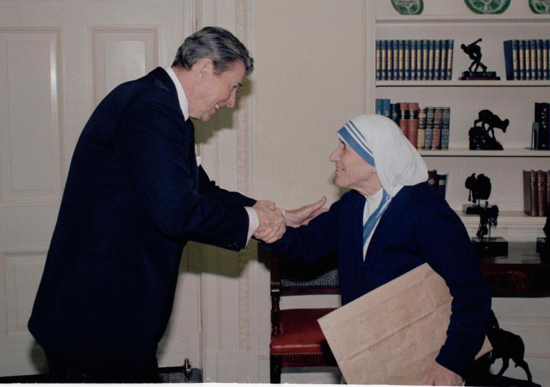 H Μητέρα Τερέζα με τον τότε πρόεδρο των ΗΠΑ, Ρόναλντ Ρίγκαν το 1985.