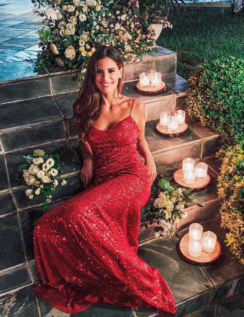 Η Χριστίνα Μπόμπα με κόκκινο φόρεμα με παγιέτες στον γάμο του κουνιάδου της