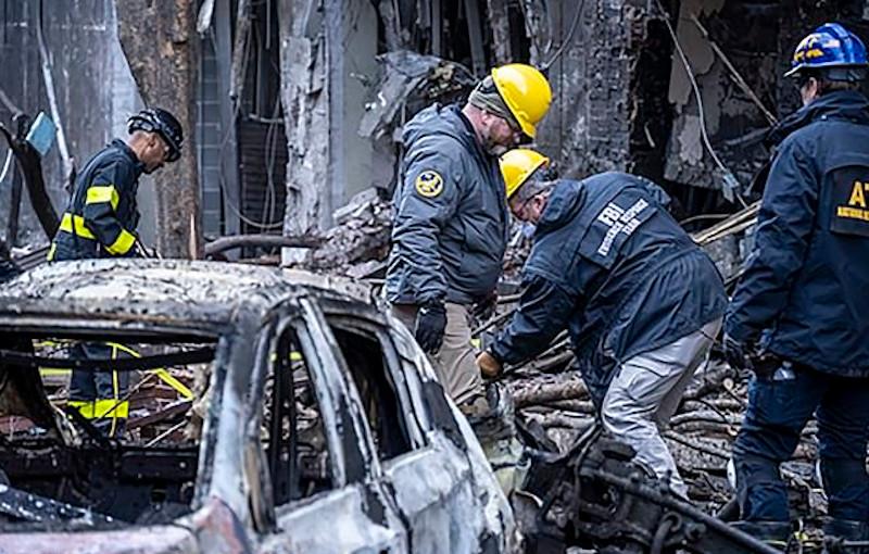 Επιθεωρητές της αστυνομίας και του FBI ερευνούν τα συντρίμμια μετά την έκρηξη στο Νάσβιλ