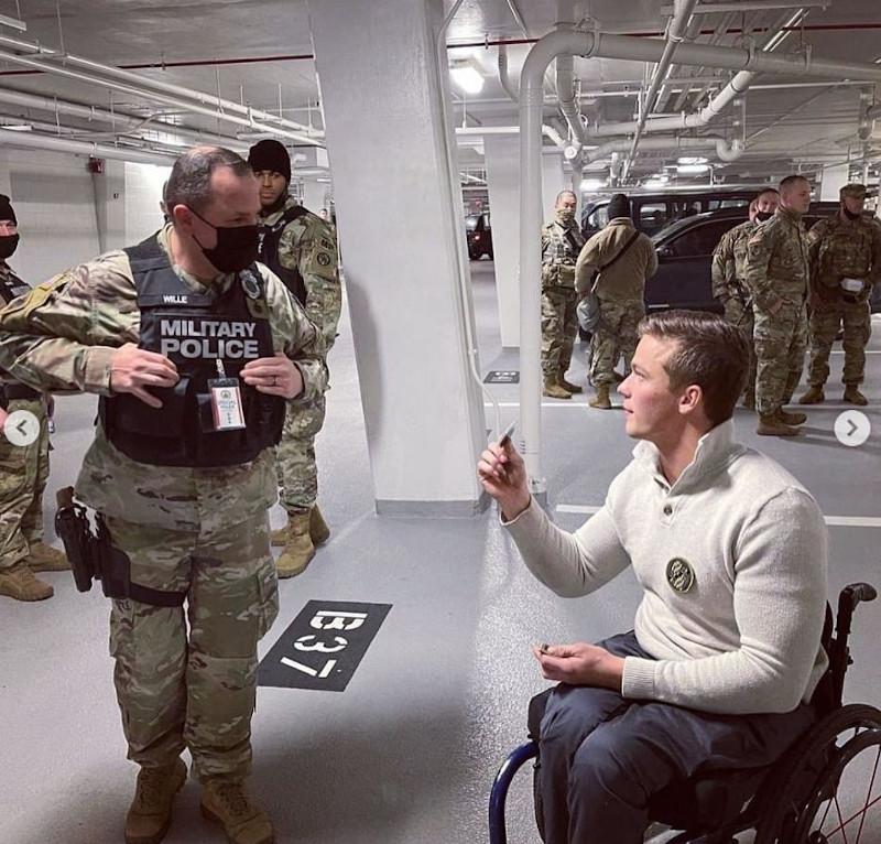 O Ρεπουμπλικανός βουλευτής Μάντισον Κώθορν επισκέφθηκε τα μέλη της Εθνοφρουράς στο πάρκινγκ και τους πρόσφερε το γραφείο του ως χώρο για να ξεκουραστούν, όπως έγραψε στο Instagram αναρτώντας και τη σχετική φωτογραφία.