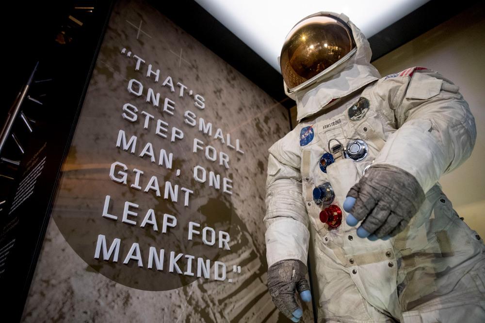 Η διαστημική στολή που φορούσε ο Νιλ Αρμστρονγκ στην Σελήνη εκτίθεται στο Smithsonian