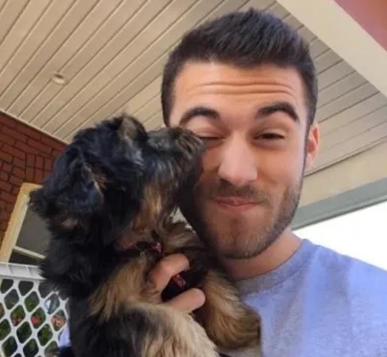 O  Νίκολας Κάμερ  αγκαλιά με τον σκύλο του.